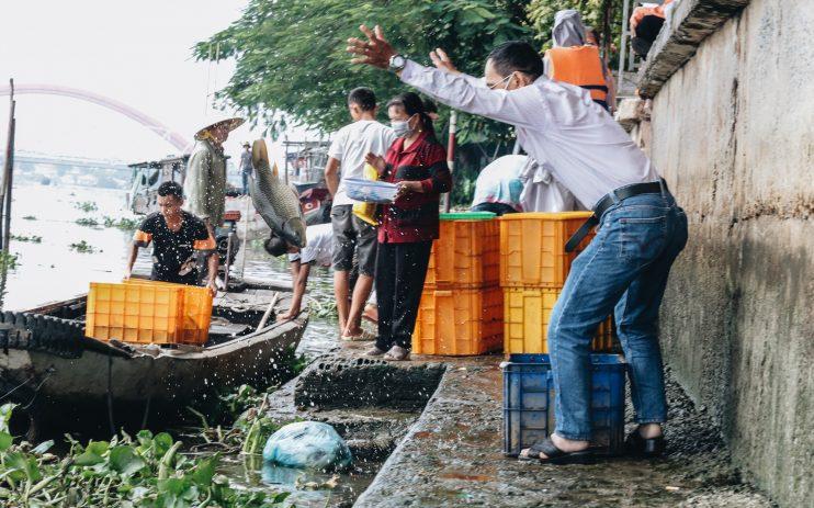 Người đàn ông này mua nhiều cá to với giá hơn triệu đồng để phóng sinh